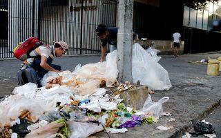 Εως και τον Οκτώβριο του 2019 εκκρεμούσαν σε πρώτο βαθμό πανευρωπαϊκά 40.093 αιτήματα ασύλου υπηκόων Βενεζουέλας (στη φωτ., πολίτες αναζητούν τροφή στα σκουπίδια, τον περασμένο Μάρτιο στο Καράκας). A.P./Natacha Pisarenko