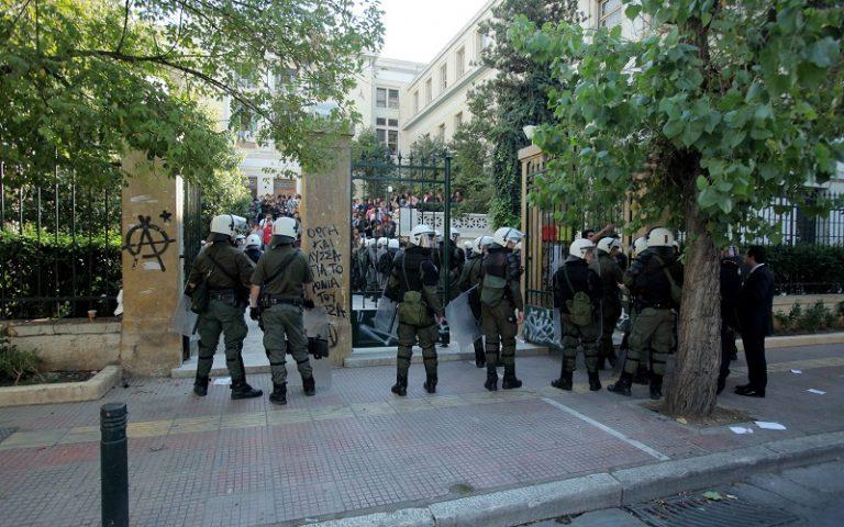 Επίθεση με πέτρες και λοστούς κατά αστυνομικών έξω από την ΑΣΟΕΕ