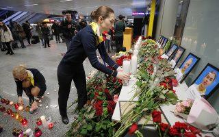 Συγγενείς, φίλοι και συνάδελφοι του πληρώματος και των επιβατών της πτήσης PS752 ανάβουν κεριά και αφήνουν λουλούδια στο αεροδρόμιο Boryspil του Κιέβου