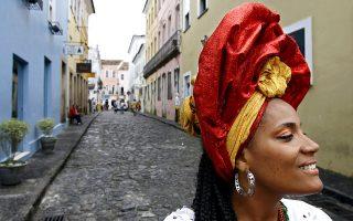 Βραζιλιάνα με παραδοσιακή φορεσιά της Μπαΐα, σε δρομάκι του ιστορικού κέντρου του Σαλβαδόρ. © Lalo de Almeida/The New York Times