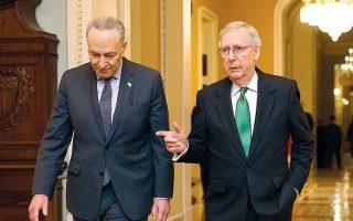 Ο Ρεπουμπλικανός γερουσιαστής Μιτς Μακόνελ (δεξιά), επικεφαλής της πλειοψηφίας στο σώμα, και ο ομόλογός του Τσακ Σούμερ (αριστερά) των Δημοκρατικών δεν μπορούν να συνεννοηθούν για τους βασικούς κανόνες της δίκης. A.P./SCOTT APPLEWHITE
