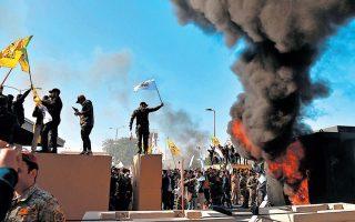 Το φιτίλι στη Μέση Ανατολή άναψε ξανά. Τρίτη 31 Δεκεμβρίου, διαδηλωτές, εξοργισμένοι για τον θάνατο 25 Ιρακινών πολιτοφυλάκων στη διάρκεια βομβαρδισμού της πολεμικής αεροπορίας των ΗΠΑ, πραγματοποιούν έφοδο στο συγκρότημα της αμερικανικής πρεσβείας στη Βαγδάτη. Τρεις ημέρες μετά, με εντολή Τραμπ, ο Ιρανός στρατηγός Κασέμ Σουλεϊμανί εκτελείται με πύραυλο αμερικανικού μη επανδρωμένου αεροπλάνου. A.P. PHOTO/KHALID MOHAMMED
