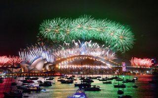 O ουρανός του Σίδνεϊ παίρνει... φωτιά από τα βεγγαλικά με την έλευση του νέου έτους. Με την ανατολική Αυστραλία να συγκλονίζεται εδώ και αρκετές ημέρες από φονικές πυρκαγιές, ο πανηγυρικός εορτασμός προκάλεσε επικρίσεις. EPA/MICK TSIKAS