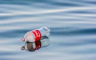 ipa-i-coca-cola-den-katargei-ta-plastika-mpoykalia0