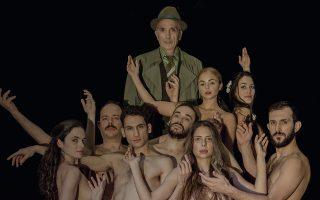«Η παράσταση είναι για τον έρωτα. Ηθελα όμως να μιλήσω και για την ελευθερία» λέει για το «Δόξα κοινή» ο ιδρυτής του θεάτρου «Πορεία» Δημήτρης Τάρλοου. Φωτογραφία: Βάσια Αντωνοπούλου