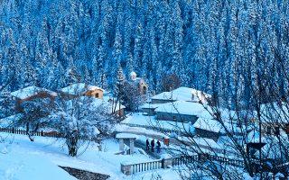 Πασπαλισμένο με ολόφρεσκο χιόνι ανάμεσα στα πανύψηλα έλατα που το περιβάλλουν, το Περτούλι μοιάζει μαγικό. (Φωτογραφία: ΤΖΟΥΛΙΑ ΚΛΗΜΗ)