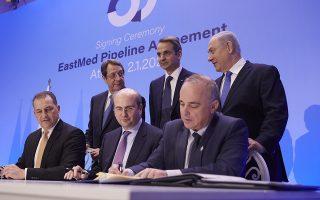 (Ξένη δημοσίευση) Ο πρωθυπουργός Κυριάκος Μητσοτάκης (Κ-πάνω) με τον Πρόεδρο της Κύπρου Νίκο Αναστασιάδη (Α-πάνω) και τον πρωθυπουργό του Ισραήλ Μπενιαμίν Νετανιάχου (Δ-πάνω) παρακολουθούν την υπογραφή συμφωνίας για τον αγωγό φυσικού αερίου EastMed από τους υπουργούς Ενέργειας της Ελλάδος Κωστή Χατζηδάκη (Κ-κάτω), της Κύπρου Γιώργο Λακκοτρύπη (Α-κάτω) και του Ισραήλ Yuval Steinitz (Δ-κάτω), στο Ζάππειο Μέγαρο, Πέμπτη 02 Ιανουαρίου 2020. Παρουσία του Προέδρου της Κύπρου Νίκου Αναστασιάδη και των πρωθυπουργών της Ελλάδας και του Ισραήλ Κυριάκου Μητσοτάκη και Μπενιαμίν Νετανιάχου (Benjamin Netanyahu), υπογράφεται η Διακρατική Συμφωνία για τον αγωγό φυσικού αερίου EastMed, που θα συνδέει τις τρεις χώρες. ΑΠΕ-ΜΠΕ/ΓΡΑΦΕΙΟ ΤΥΠΟΥ ΠΡΩΘΥΠΟΥΡΓΟΥ/ΔΗΜΗΤΡΗΣ ΠΑΠΑΜΗΤΣΟΣ