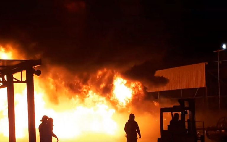 Θεσσαλονίκη: Μεγάλη επιχείρηση της Πυροσβεστικής σε φωτιά που καίει αντιπροσωπεία γεωργικών μηχανημάτων (Βίντεο)