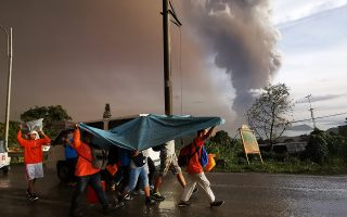 epaselect epa08121804 An ash column from erupting Taal Volcano looms over Tagaytay city, Philippines, 12 January 2020. According to media reports, evacuations are underway as the volcano spewed ash as high as 100 meters into the sky.  EPA/FRANCIS R. MALASIG