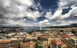 Άποψη της πόλης και της λίμνης Λεμάν. Στο βάθος διακρίνεται το σιντριβάνι Jet d'Eau. (Φωτογραφία: Getty Images/Ideal Image)