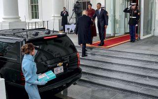 Αλλαγή φρουράς: ο νεοεκλεγείς πρόεδρος των ΗΠΑ, Ντόναλντ Τραμπ, φτάνει στον Λευκό Οίκο ακολουθούμενος από τη σύζυγό του Μελάνια. Το ζεύγος Ομπάμα τούς περιμένει με τυπική ευγένεια στην πόρτα. © Mark Wilson / Getty Images / Ideal Image