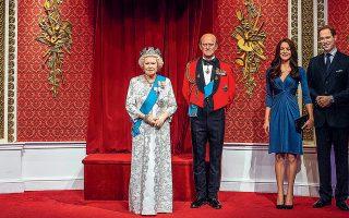 Στο φωτισμένο κενό της φωτογραφίας στέκονταν μέχρι χθες τα κέρινα ομοιώματα του πρίγκιπα Χάρι και της Μέγκαν Μαρκλ, που απομακρύνθηκαν από το Μουσείο Μαντάμ Τισό μετά την απόφαση του ζευγαριού να αποσυρθεί από τα βασιλικά του καθήκοντα. Η ανακοίνωση του δούκα και της δούκισσας του Σάσεξ προκάλεσε την οργή της βασίλισσας Ελισάβετ και μεγάλης μερίδας του βρετανικού Τύπου, που δεν παρέλειψε να χαρακτηρίσει τους γαλαζοαίματους ταραξίες «τα μεγαλύτερα παλιόπαιδα της Ιστορίας».