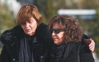 Η Μάγδα Φύσσα και η Κούλα Αρμουτίδου, μητέρα της Ελένης Τοπαλούδη, η οποία δολοφονήθηκε με φρικτό τρόπο στη Ρόδο, συναντήθηκαν χθες στο Μεικτό Ορκωτό Δικαστήριο Αθηνών, όπου άρχισε η δίκη των κατηγορουμένων για τη δολοφονία της άτυχης φοιτήτριας. Σελ. 7