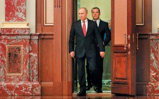 Ο Ρώσος πρόεδρος Βλαντιμίρ Πούτιν αφήνει πίσω του τον Ντμίτρι Μεντβέντεφ. Ο Πούτιν έκανε δεκτή την παραίτηση του επί οκτώ χρόνια πρωθυπουργού και ανακοίνωσε ότι θα αντικατασταθεί από τον πρόεδρο της φορολογικής διοίκησης, Μιχαήλ Μισούστιν. Παράλληλα ανακοίνωσε ευρείες συνταγματικές αλλαγές, που ενδέχεται να παρατείνουν την παραμονή του σε θέση εξουσίας ακόμη και μετά την αποχώρησή του από την προεδρία, το 2024.