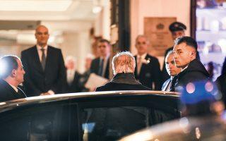 Ο Λίβυος στρατηγός Χαλίφα Χαφτάρ (πλάτη) αφίχθη χθες το βράδυ στην Αθήνα, όπου τον υποδέχθηκε ο υπουργός Εξωτερικών Νίκος Δένδιας.