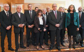 Η νέα Πρόεδρος της Δημοκρατίας Αικατερίνη Σακελλαροπούλου με τον πρόεδρο της Βουλής Κωνσταντίνο Τασούλα, τους αντιπροέδρους και τον γ.γ. του Κοινοβουλίου, που την επισκέφθηκαν στο γραφείο της, στο Συμβούλιο της Επικρατείας, για να της ανακοινώσουν την εκλογή της.