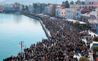 Περίπου 7.000 κάτοικοι συγκεντρώθηκαν –σύμφωνα με την αστυνομία– χθες στο λιμάνι της Μυτιλήνης, προκειμένου να διαμαρτυρηθούν για τις νέες δομές προσφύγων και μεταναστών στα νησιά.
