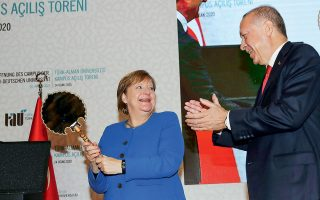 Η Γερμανία συμφώνησε χθες για πρώτη φορά να υποστηρίξει τις τουρκικές πρωτοβουλίες για στέγαση Σύρων προσφύγων στο εσωτερικό της Συρίας, όπως ανακοίνωσε η καγκελάριος Αγκελα Μέρκελ στην κοινή συνέντευξη Τύπου με τον Τούρκο πρόεδρο Ρετζέπ Ταγίπ Ερντογάν. Στη φωτογραφία, η ιδιαίτερη αντίδραση της κ. Μέρκελ στο δώρο (ένας καθρέφτης) του κ. Ερντογάν.