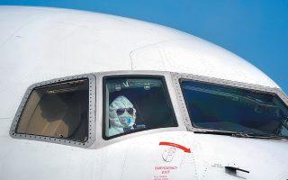 Aκόμη και στο πιλοτήριο χρησιμοποιεί τη στολή βιολογικής προστασίας ο Κινέζος χειριστής του αεροσκάφους, καθώς τα κρούσματα του φονικού κορωνοϊού πολλαπλασιάζονται και ήδη υπερβαίνουν τις 4.500, ενώ οι θάνατοι ανήλθαν χθες σε 106. Επίσης, στη Γερμανία, για πρώτη φορά στην Ευρώπη, καταγράφηκε απευθείας μετάδοση του παθογόνου παράγοντα.