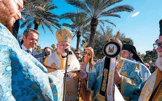 O Αρχιεπίσκοπος Ελπιδοφόρος πλάι στον Κυριάκο Μητσοτάκη.