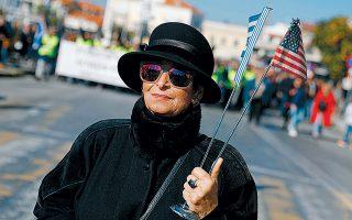 Μια κυρία που ξέρει να εκτιμά τις διαδηλώσεις ως τουριστική ατραξιόν...