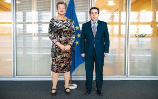 Ενας στόχος σύσσωμου του Ελληνισμού, επιτέλους, πραγματοποιείται! Ο Μηταράκης τα κατάφερε τελικά να συναντήσει τη Γιόχανσον. Οχι ακριβώς τη Σκάρλετ, αλλά την εικονιζόμενη Ιλβα Γιόχανσον, την Ευρωπαία επίτροπο για θέματα εσωτερικής ασφαλείας. Ε, δεν είναι τόσο μεγάλη η διαφορά, αν λάβουμε υπ' όψιν ότι και η Iλβα Γιόχανσον και η Σκάρλετ (Τζοχάνσον, όπως προφέρεται το ίδιο ακριβώς όνομα στην Αμερική) έχουν καταγωγή, άμεση ή απώτερη, από τη Σουηδία. Συνεπώς, μετράει ο πόντος, Νότη, μετράει! Εγραψες! Αν και μάλλον περιττεύει η προτροπή μου. Το συναισθάνεται και ο ίδιος, όπως προδίδουν η στάση του σώματος και το βλέμμα του...