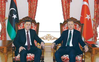 Ο Τούρκος πρόεδρος Ταγίπ Ερντογάν κατά την υποδοχή του Σαράζ στην Κωνσταντινούπολη την Κυριακή. Η συμφωνία τους ήταν καταλύτης για να ξεκινήσουν προσπάθειες εκεχειρίας.