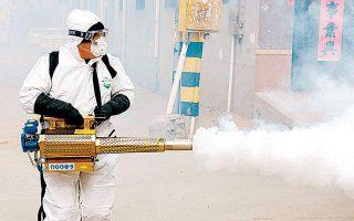 Απολύμανση σε χωριό της Κίνας. Ο ιός έχει ήδη εξαπλωθεί σε 15 χώρες.