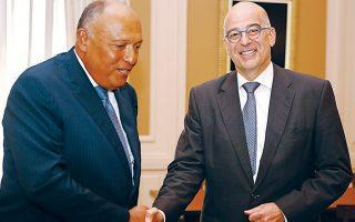 """Διπλωματικές πηγές αναφέρουν ότι η πενταμερής του Καΐρου «πραγματοποιείται υπό το βάρος των παράνομων και άκυρων μεν """"συμφωνιών"""" Τουρκίας - Τρίπολης, οι οποίες έχουν οξύνει όμως την κατάσταση τόσο στο εσωτερικό της Λιβύης όσο και σε περιφερειακό επίπεδο». Στη φωτογραφία, ο υπουργός Εξωτερικών Ν. Δένδιας (δεξιά) με τον Αιγύπτιο ομόλογό του Σ. Σούκρι από παλαιότερη συνάντησή τους."""