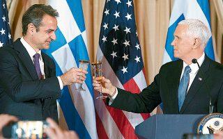 Εξαιρετικό ήταν το κλίμα στη δεξίωση προς τιμήν του Κυριάκου Μητσοτάκη στην αίθουσα Mπέντζαμιν Φράνκλιν του Στέιτ Ντιπάρτμεντ. Στο στιγμιότυπο, ο Ελληνας πρωθυπουργός με τον Αμερικανό αντιπρόεδρο Μάικ Πενς.