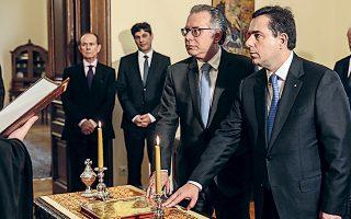 Οι κ. Νότης Μηταράκης και Γιώργος Κουμουτσάκος κατά τη χθεσινή ορκωμοσία στο Προεδρικό Μέγαρο.