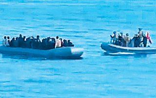 Το τουρκικό υπουργείο Αμυνας κοινοποίησε την Τετάρτη εικόνες ενός φουσκωτού με 30 μετανάστες, το οποίο συνοδεύεται από πλωτό του τουρκικού ναυτικού με κατεύθυνση τη φρεγάτα «Γκαζιαντέπ».