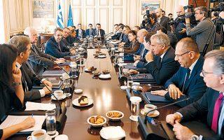 Στιγμιότυπο από το χθεσινό υπουργικό συμβούλιο, κατά την έναρξη του οποίου ο πρωθυπουργός συνεχάρη τους κ. Χρυσοχοΐδη και Σταϊκούρα.