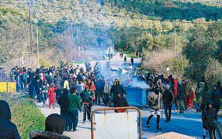 Σομαλοί πρόσφυγες έκλεισαν χθες τον δρόμο προς τη Μόρια με κάδους απορριμμάτων, διαμαρτυρόμενοι κατά των Αφγανών.