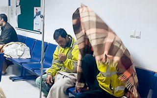 Μετανάστες που επέζησαν του ναυαγίου του περασμένου Σαββάτου, 13 ναυτικά μίλια νοτιοδυτικά των Παξών, λίγες ώρες μετά τη διάσωσή τους, στο νοσοκομείο της Πρέβεζας.