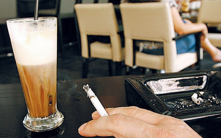 Ελεύθερα από καπνό τρία στα τέσσερα καταστήματα