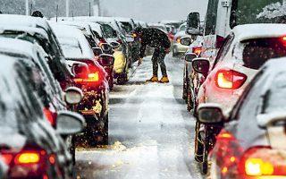 Στις νέες προβλέψεις των υπουργείων Υποδομών και Προστασίας του Πολίτη εξετάζεται η αντικατάσταση των αντιολισθητικών αλυσίδων από υποχρεωτική χρήση χιονολάστιχων.