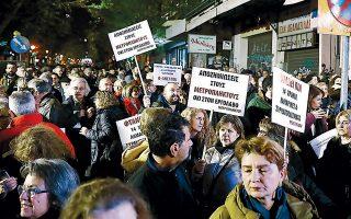Συγκέντρωση διαμαρτυρίας κατά της απόσπασης των αρχαιολογικών ευρημάτων ώστε να προχωρήσει η κατασκευή σταθμού του μετρό, τον Δεκέμβριο, στη Θεσσαλονίκη. Πρέπει ή δεν πρέπει να μετακινηθούν τα αρχαία; Τέτοιoυ είδους διακυβεύματα μελετά η Δημόσια Ιστορία.