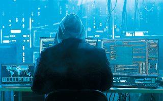 Μια «απλή» επίθεση DDoS μπορεί να είναι μικρής διάρκειας και να μη συμπεριλαμβάνει πραγματική παραβίαση συστήματος με κλοπή πληροφοριών. Ορισμένες φορές, όμως, μπορεί να χρησιμοποιείται ως αντιπερισπασμός για να υποκλαπούν μέσω παράλληλων ενεργειών ευαίσθητες πληροφορίες.