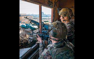 Αμερικανοί στρατιώτες στην πρεσβεία των ΗΠΑ, στη Βαγδάτη.