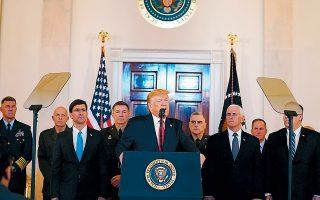 Περιστοιχισμένος από την ανώτατη πολιτική και στρατιωτική ηγεσία, ο Ντόναλντ Τραμπ απευθύνει διάγγελμα για την κρίση με το Ιράν. Οι ΗΠΑ δεν φαίνονται διατεθειμένες να αποχωρήσουν από την περιοχή.