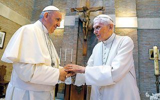Ο Πάπας Φραγκίσκος και ο προκάτοχός του  Βενέδικτος σε συνάντησή τους στο Βατικανό, το 2017.