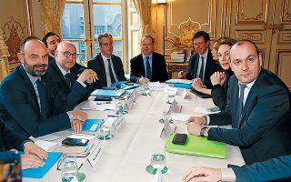 Ο Γάλλος πρωθυπουργός Εντουάρ Φιλίπ (αριστερά) ελπίζει ότι η υπό όρους απόσυρση της πρότασης για αύξηση του ορίου ηλικίας για πλήρη συνταξιοδότηση θα επιτρέψει στα εργατικά συνδικάτα να αποδεχθούν τη μεταρρύθμιση του συνταξιοδοτικού συστήματος.