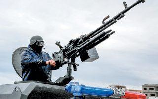 Μέλος της δύναμης υποστήριξης κεντρικής ασφάλειας σε αναμονή στην Τατζούρα, ανατολικά της Τρίπολης.