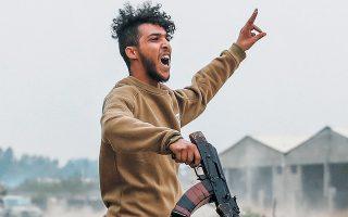 Μαχητής πιστός στην κυβέρνηση της Τρίπολης συμμετέχει σε συγκρούσεις με άνδρες του Χαφτάρ σε προάστιο της πόλης, τον περασμένο Μάιο.