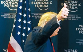 Ο Αμερικανός πρόεδρος Ντόναλντ Τραμπ προτάσσει τον αντίχειρά του αποχωρώντας από τη συνέντευξη Τύπου στο Παγκόσμιο Οικονομικό Φόρουμ στο Νταβός.