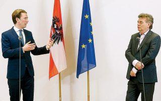 Ο Σεμπάστιαν Κουρτς (αριστερά), επικεφαλής του Αυστριακού Λαϊκού Κόμματος, και ο επικεφαλής του κόμματος των Πρασίνων Βέρνερ Κόγκλερ, κατά τη διάρκεια συνέντευξης Τύπου, την Τετάρτη.
