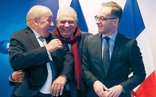 Ο τσάρος της ευρωπαϊκής εξωτερικής πολιτικής Τζ. Μπορέλ στο κέντρο με τον Γερμανό ΥΠΕΞ, Χ. Μάας (δεξιά) και τον Γάλλο ομόλογό του, Λε Ντριάν (αριστερά).