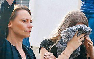 Η μητέρα της νεαρής Βρετανίδας ζητεί από τους φωτορεπόρτερ να επιδείξουν σεβασμό.