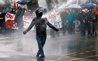 Διαδηλωτής αντιμέτωπος με αντλίες νερού της στρατοχωροφυλακής.